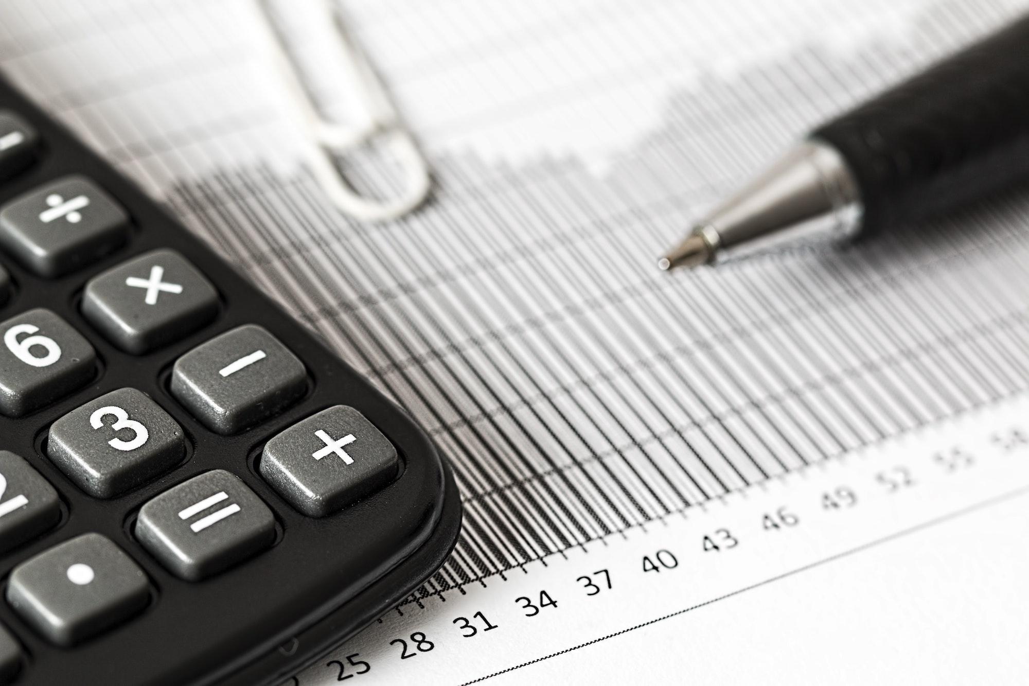 calcolatrice con foglio tasse